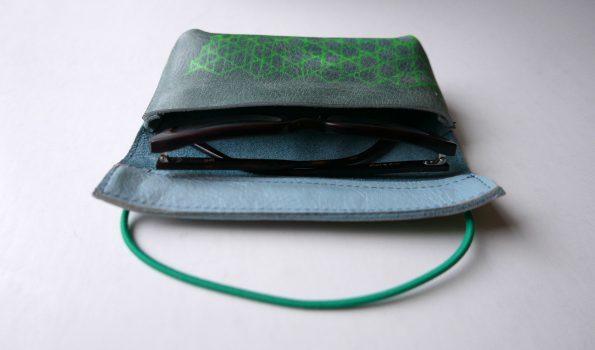 Miontas blauwe leren etui met groene print