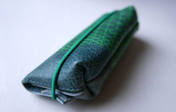 Miontas blauw leren etui met groene print