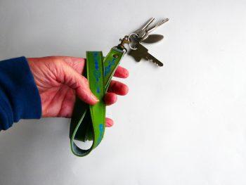 Miontas sleutelkoord van groen leer met blauwe print